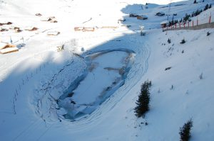 """Leerer Wasserbehälter """"für die Dienste im Alpinsport"""""""